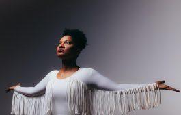 Intérprete de Elza Soares em musical, Larissa Luz lança disco autoral com shows em São Paulo