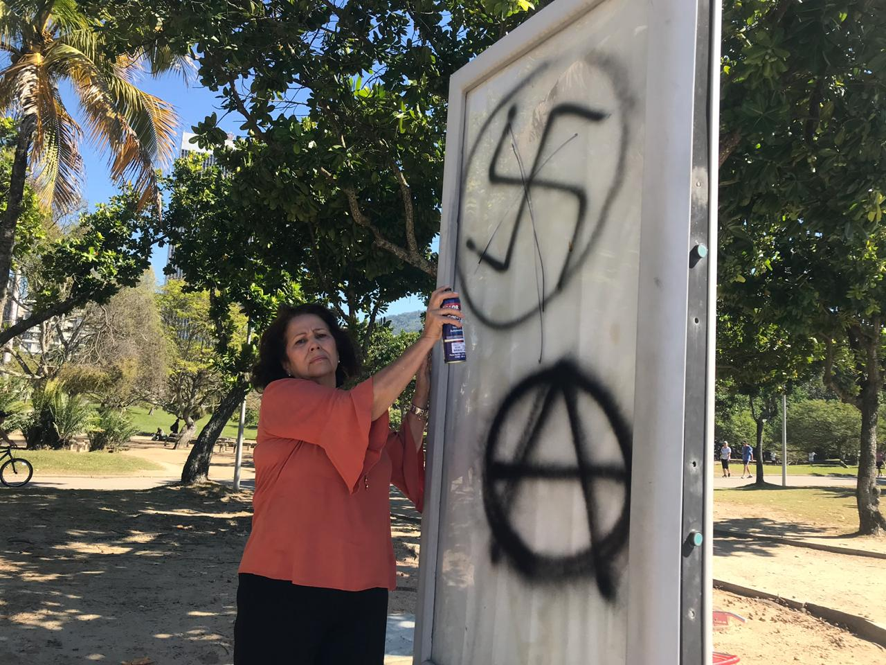 Vereadora apaga pichação de uma Cruz Suástica  feita no Parque do Flamengo
