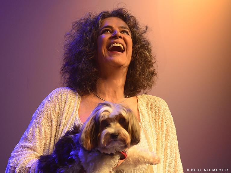 Simone encerra temporada carioca de show com canções de Ivan Lins