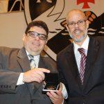 Desembargador Flavio Horta recebendo a maior honraria do Vasco, o Medalhão Golden