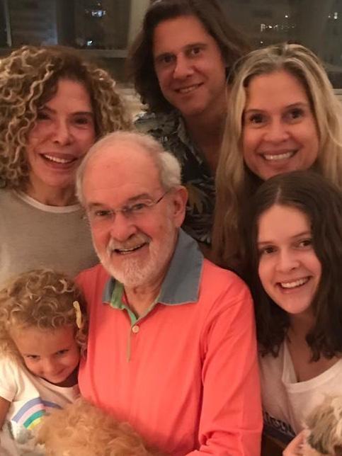 Mauro Campos viveu cercado de afetos. Aqui com mulher Gilsse, os filhos Marcio e Gisela, as netas Matilda e Manuela