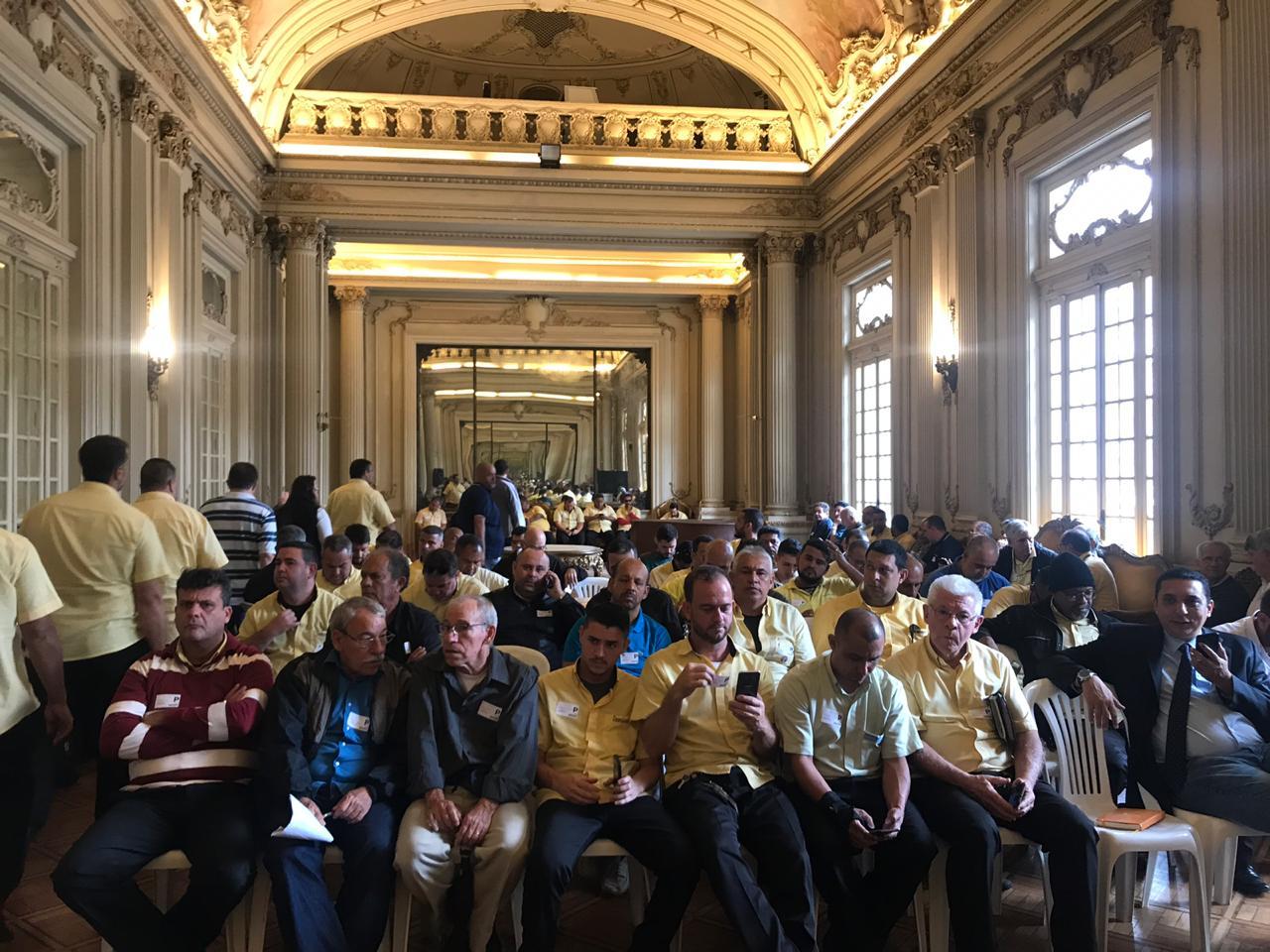 Taxistas lotam o salão nobre da Câmara