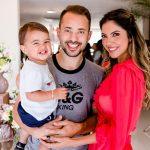 O jogador Everton Ribeiro com a mulher Marilia Nery e o filho Augusto