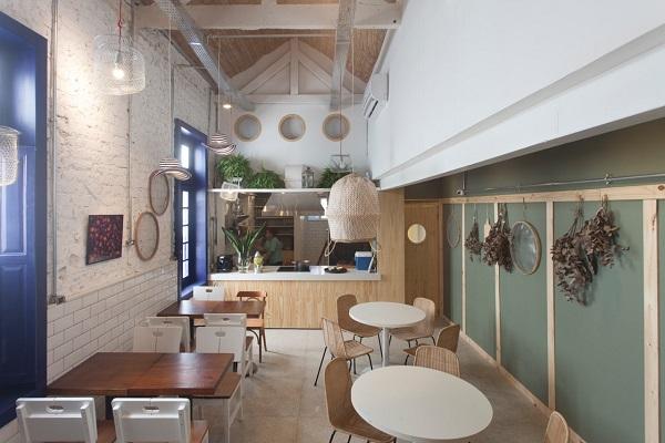 cozinha aberta, fogão de frente para as mesas