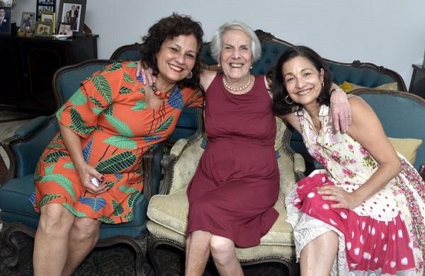 Maria Alice da Fonseca Bittencourt, entre as filhas Baby e Maitó, em dia de festa no apartamento de Copacabana ( Foto Cristina Granato)