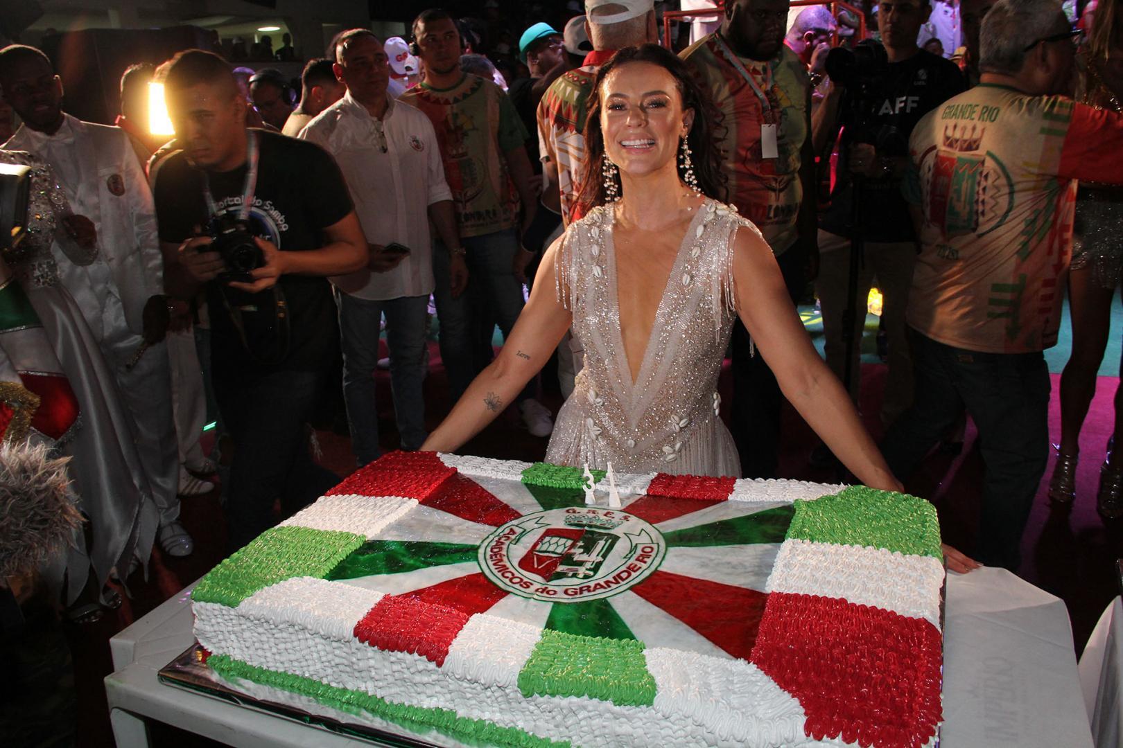 Paolla Oliveira é coroada a rainha de bateria da Grande Rio