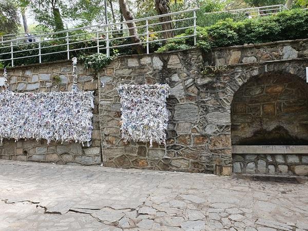 A casinha da Virgem Maria em Éfeso tem um muro imenso só para os muitos pedidos. Emocionante