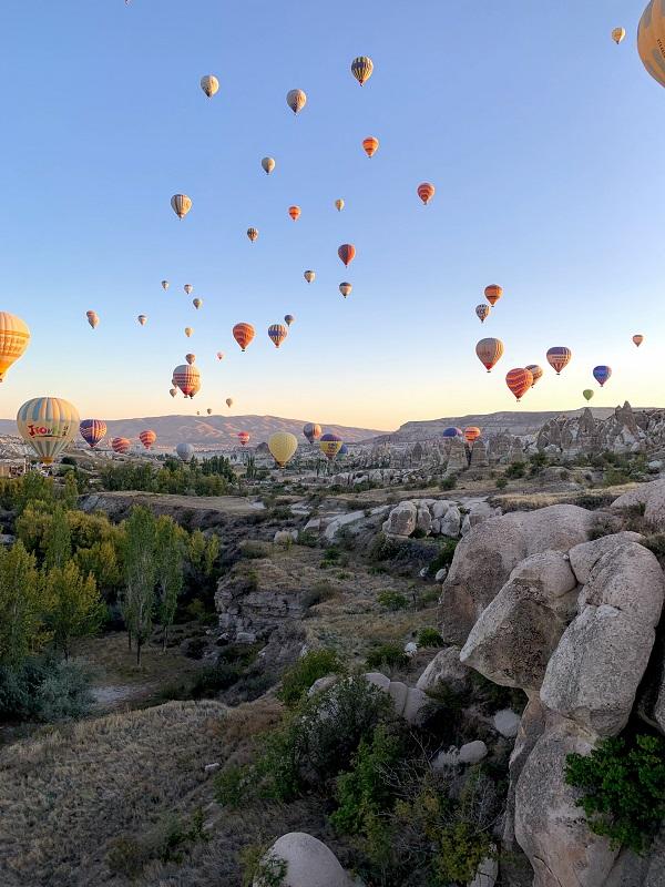 Os balões fazem a festa planando no céu da Capadócia. Experiência inesquecível