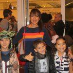Daniele Suzuki com o filho Kauai e dois amiguinhos