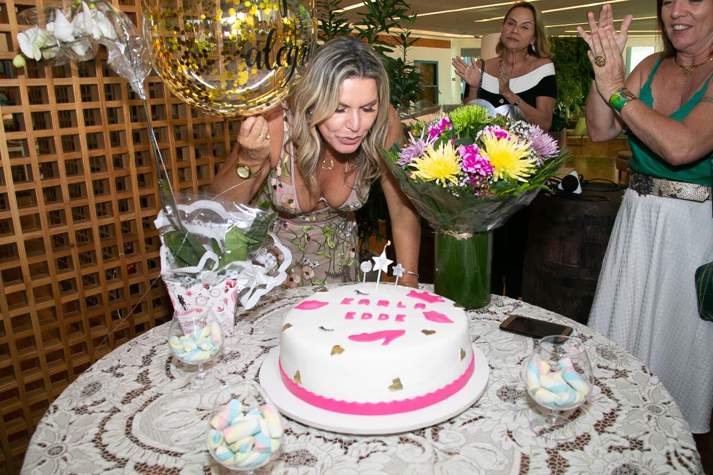 Karla Edde reúne amigas para comemorar aniversário
