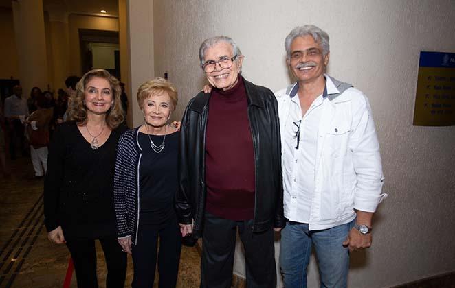 Glória Menezes e filhos prestigiam Tarcísio Meira em estreia de peça teatral