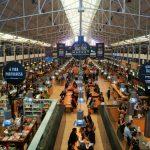 O interior do Mercado da Ribeira em Lisboa
