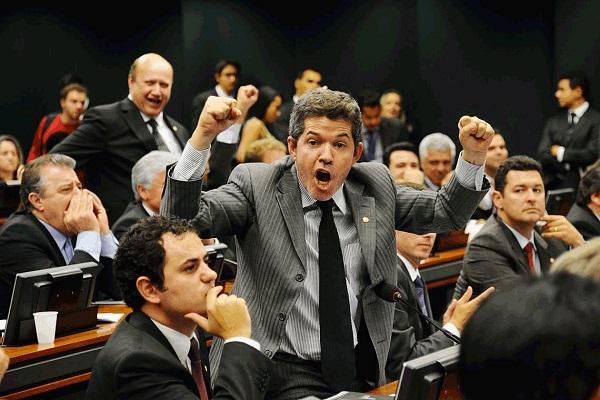 De baixaria em baixaria, o delegado Waldir impõe derrota ao ex-aliado e atual inimigo, o presidente Jair Bolsonaro