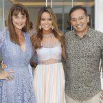 A estilista entre os pais Maly Peixoto e Luiz Arias