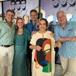 Regina com os amigos Édson Damasio, Graça Oliveira Santos, Paulo Reis e Chicô Gouvêa. No imenso painel, Elvis Presley