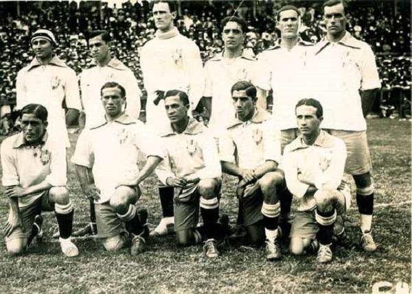 Marcos Carneiro de Mendonça, o bonitão alto, e os jogadores do Fluminense Football Club em pose do início do século passado