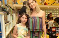 Famosos levam filhos a inauguração de loja da Lego