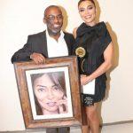 Juliana Paes recebe quadro com sua foto
