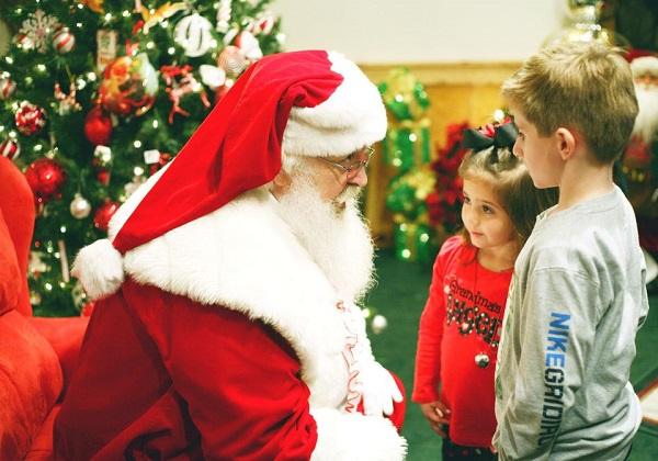 Papai Noel explica às crianças que, no Brasil, este ano, até ele pode ser chamado de comunista por usar vermelho