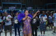 Aline Riscado cai no samba da Bateria da Vila Isabel