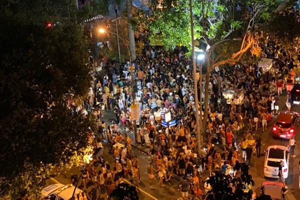 O pau cantou, domingo, depois do show do Bloco da Favorita na Praia de Copacabana.
