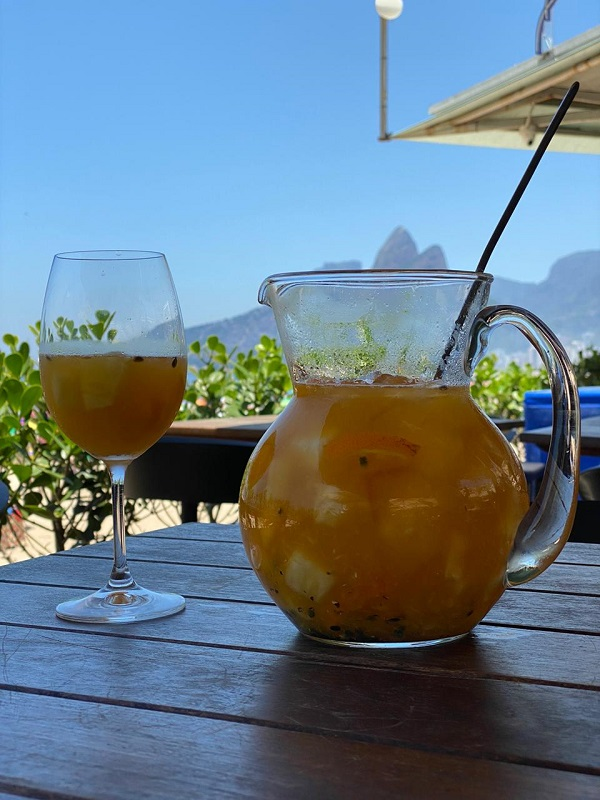 quiosque marea, clericot de vinho branco com abacaxi, manga, maracujá, tangerina e licor de laranja
