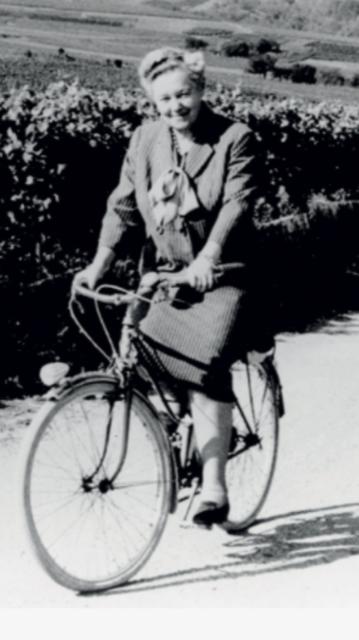 Mme Bollinger de bicicleta