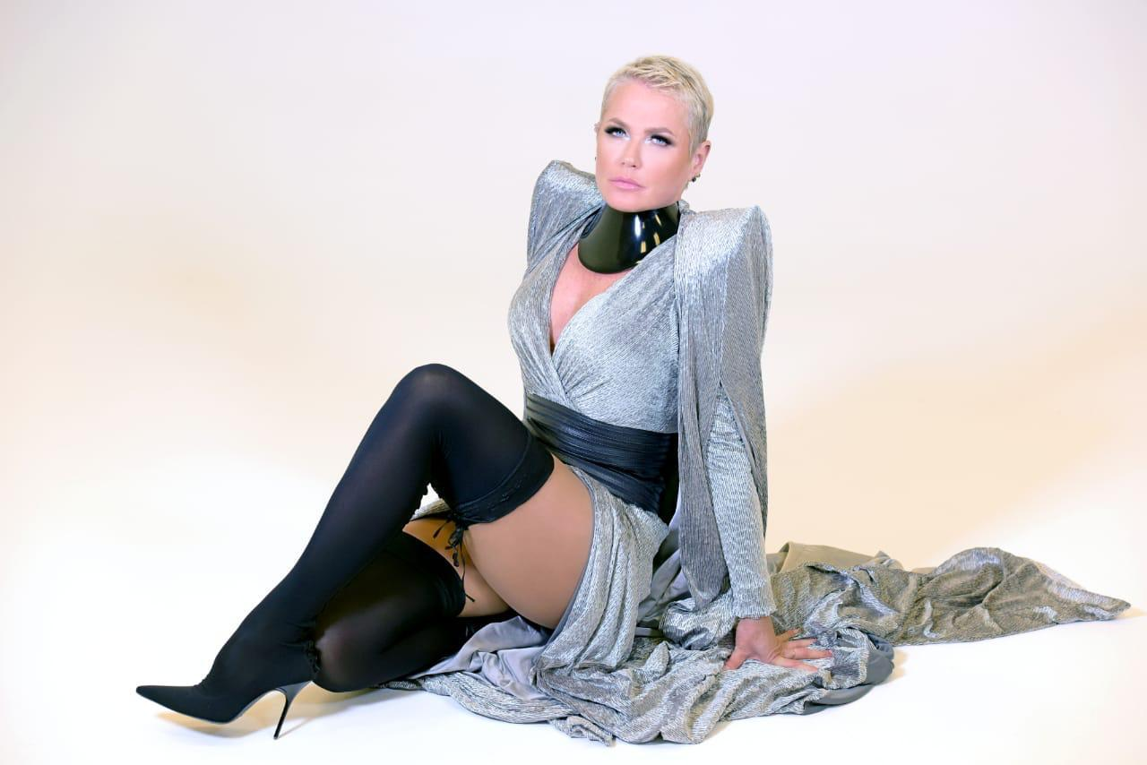 Vestido doado por Xuxa será vendido em live por  6 mil reais