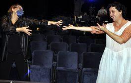 Ana Beatriz Nogueira prestigia espetáculo online no Teatro PetraGold