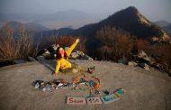 Sul-coreana transforma lixo em arte com mensagem ecológica