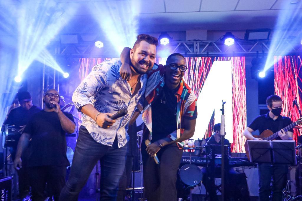Show do cantor Mumuzinho agita aniversário do empresário Eduardo Muniz