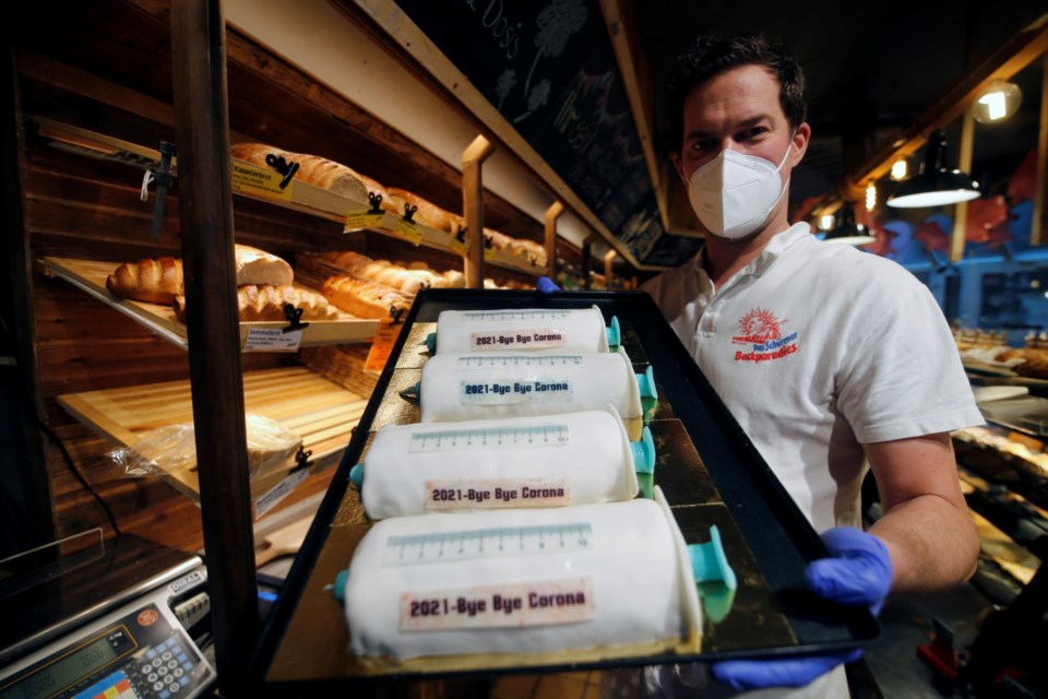 Padaria alemã cria bolos de seringas para festejar a chegada da vacina