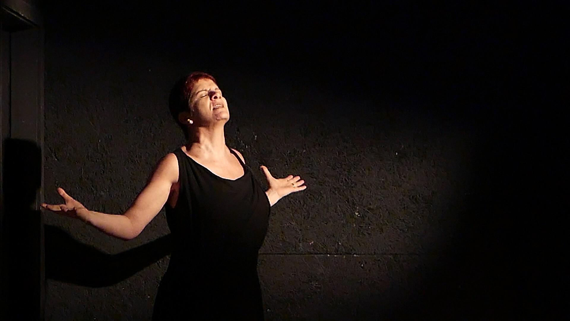 """Ana Kfouri faz apresentação online do solo """"Uma frase para minha mãe"""""""