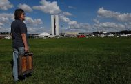Pintor Carlos Bracher presta homenagem ao aniversário de 61 anos de Brasília