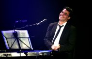 "Teatro PetraGold apresenta o ator e cantor e compositor Claudio Lins no show ""Músicalmanaque"""