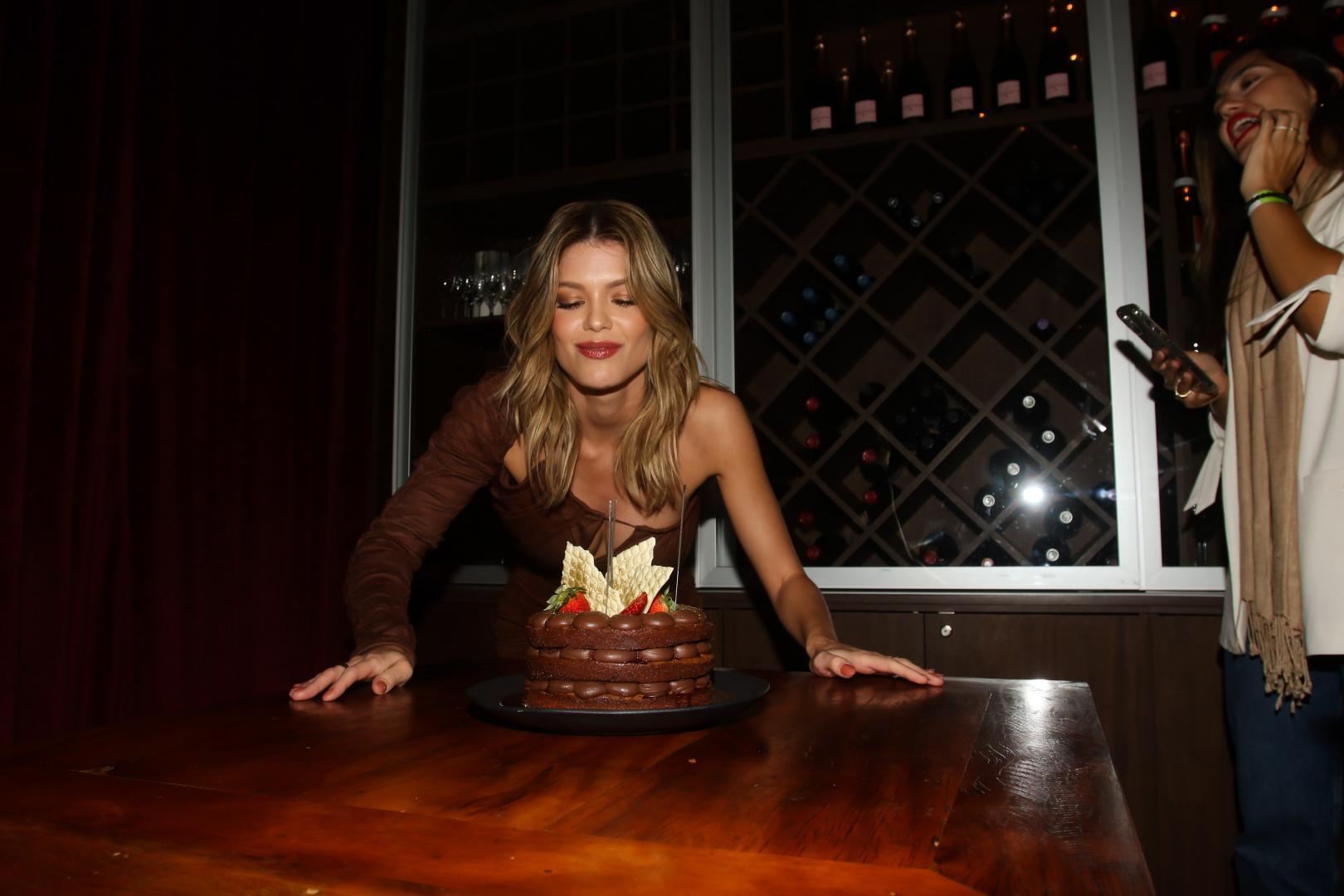 Vitória Strada comemora aniversário no restaurante Mandarim